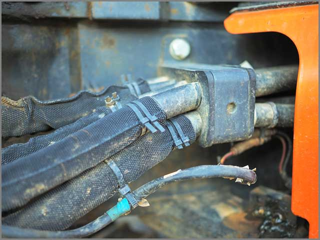 Hydraulic mechanical control cable in car