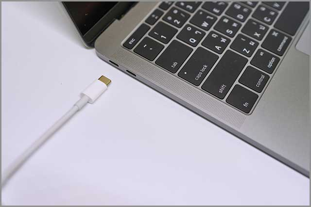 Connecting USB type C cable to a laptop computer