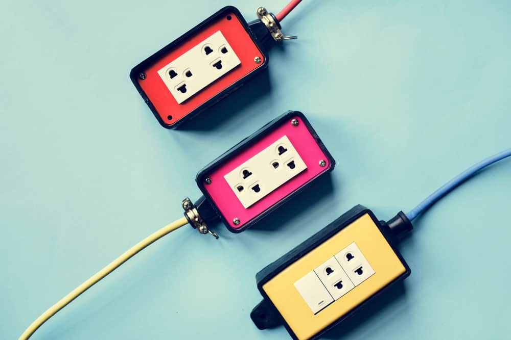Three-pronged & two-pronged outlets